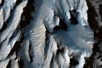 NASA опубликовало фото самого большого каньона в Солнечной системе