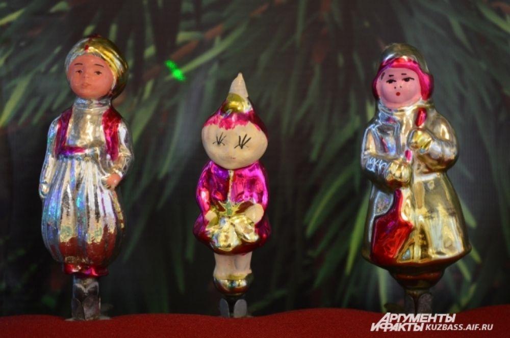 В 50-х также появилась серия игрушек, пропагандирующая дружбу народов, населяющих СССР. Отсюда украшения в виде мужчин и женщин, одетых в национальные костюмы.
