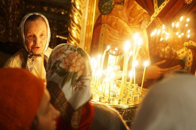 В этом году из-за коронавируса все массовые мероприятия отменены. Однако власти решили не отменять посещение храмов в главный христианский праздник.