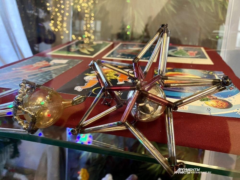 С конца 1940-х до 1960-х годов были популярны наборные игрушки – нанизанные на проволоку или нитку стеклянные трубочки и бусинки.
