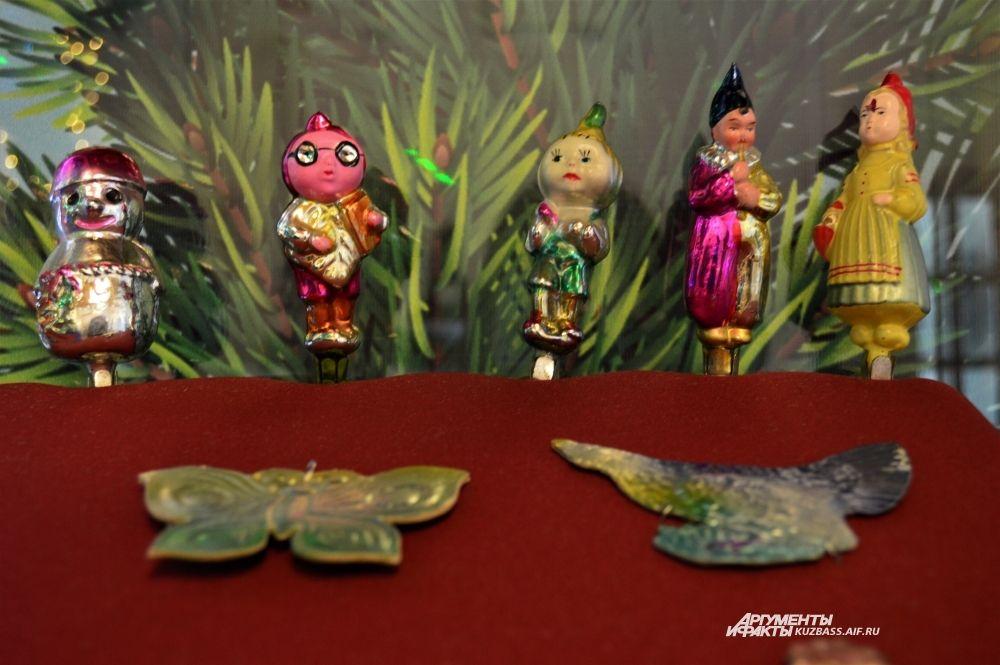 В 1949 году праздновали 150-летие со дня рождения Пушкина, поэтому с того времени активно выпускали елочные игрушки в виде героев его сказок: «Золотой петушок», «Руслан и Людмила». Позже появились «Чипполино», «Колобок», «Красная шапочка».