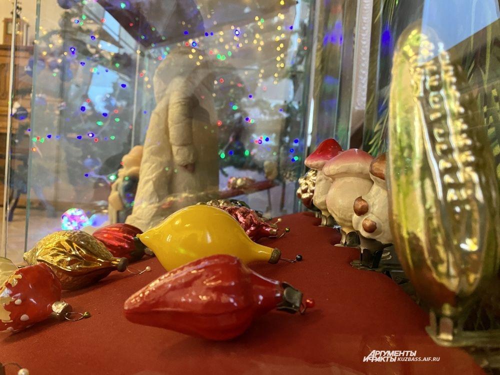 С приходом к власти Никиты Хрущева и его сельхозреформы на елках стали «расти» всевозможные фрукты, ягоды и овощи. Кукуруза - единственная игрушка, которую выпускали до конца существования СССР.