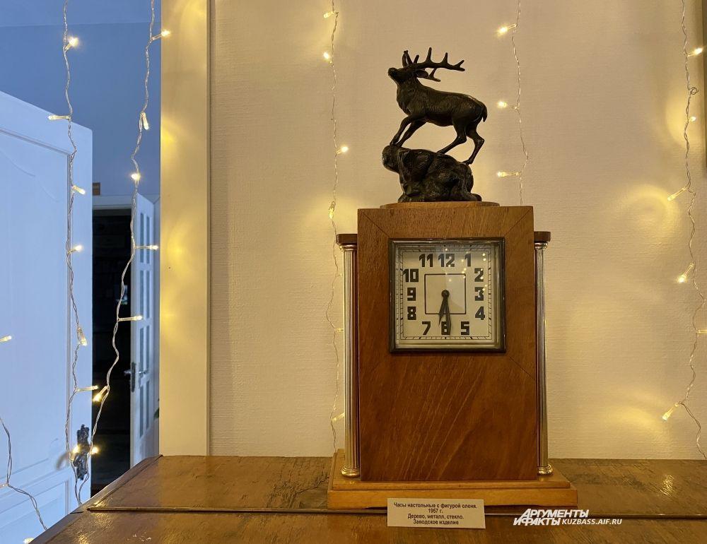 Главными экспонатами выставки стали старинные часы 50-х и 60-х годов, символизирующие начало нового времени. Этот редкий экземпляр настольных часов с боем с оленем из чугуна произвел Владимирский завод в 1957 году.