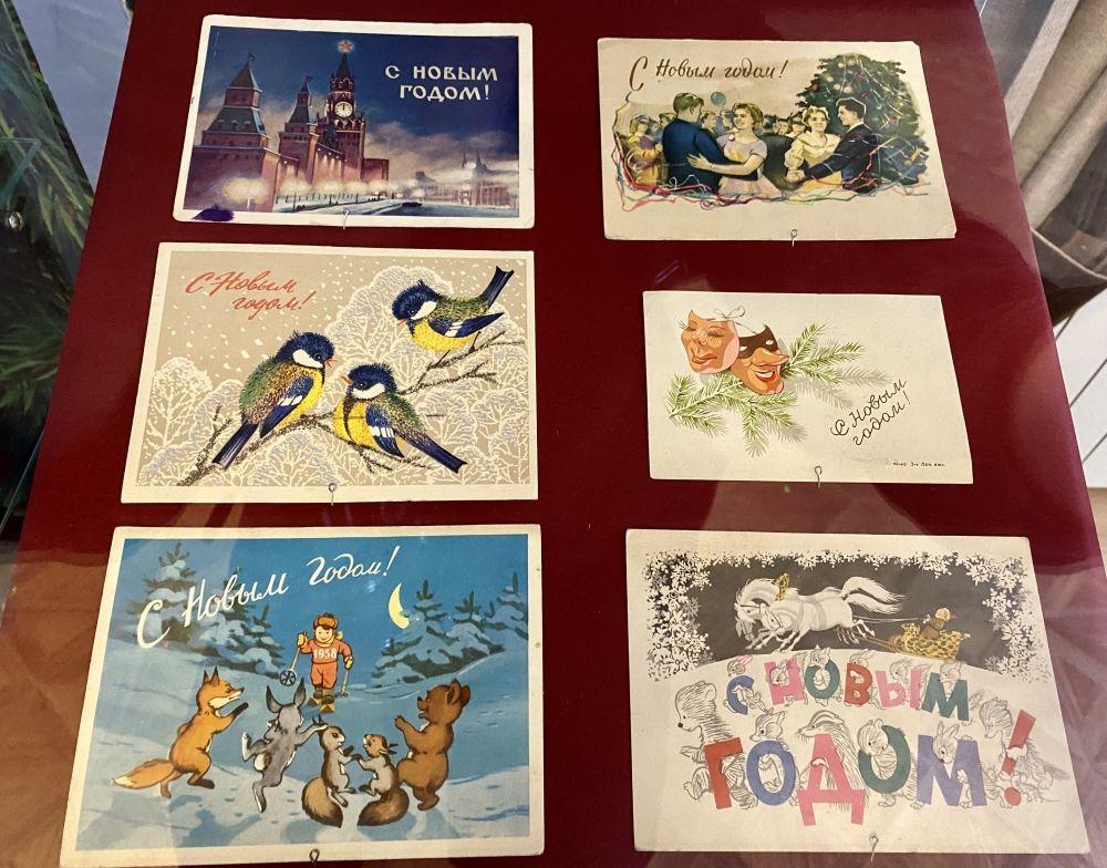 Особыми экспонатами являются и советские открытки – всегда добрые, красиво нарисованные и подписанные от души.