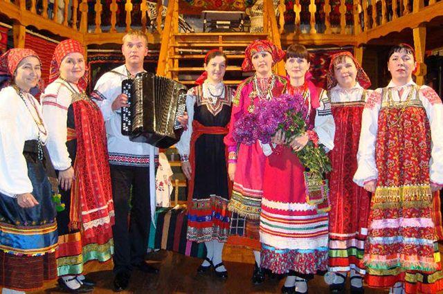 Наталья (на фото в центре с цветами) руководит фольклорным ансамблем «Ладовицы».