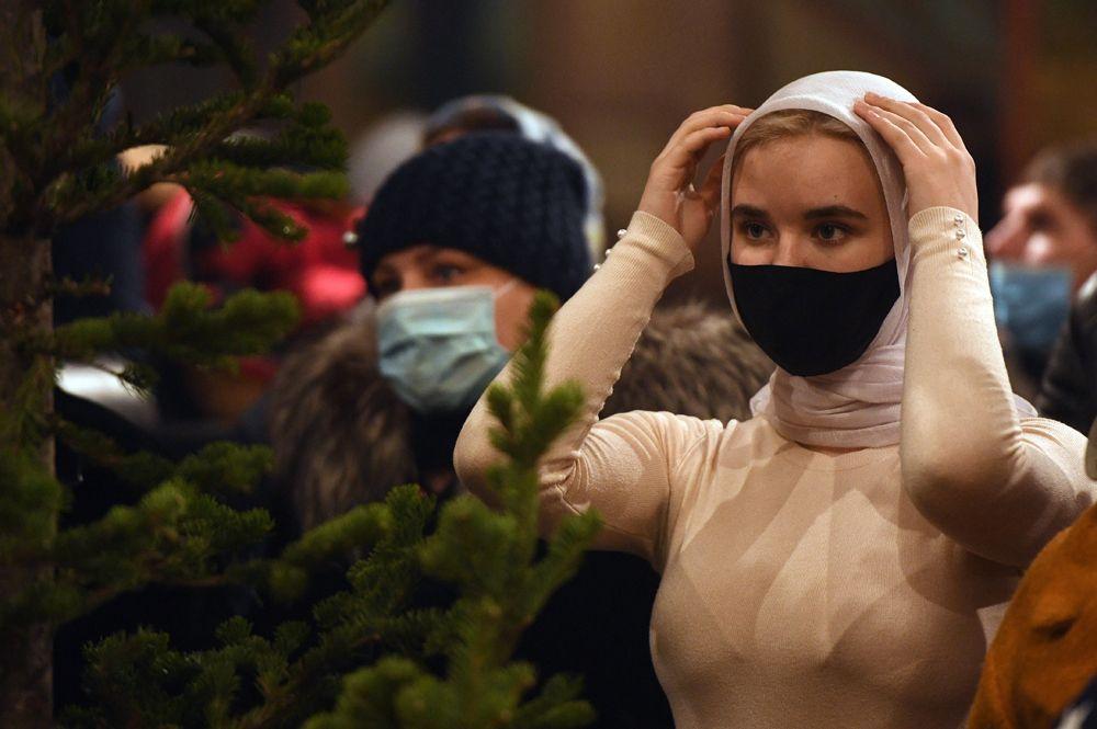 Верующие во время Рождественского богослужения в Вознесенском кафедральном соборе в Новосибирске.