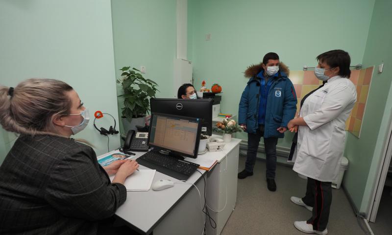 Губернатор пообщался с сотрудниками колл-центра городской поликлиники.