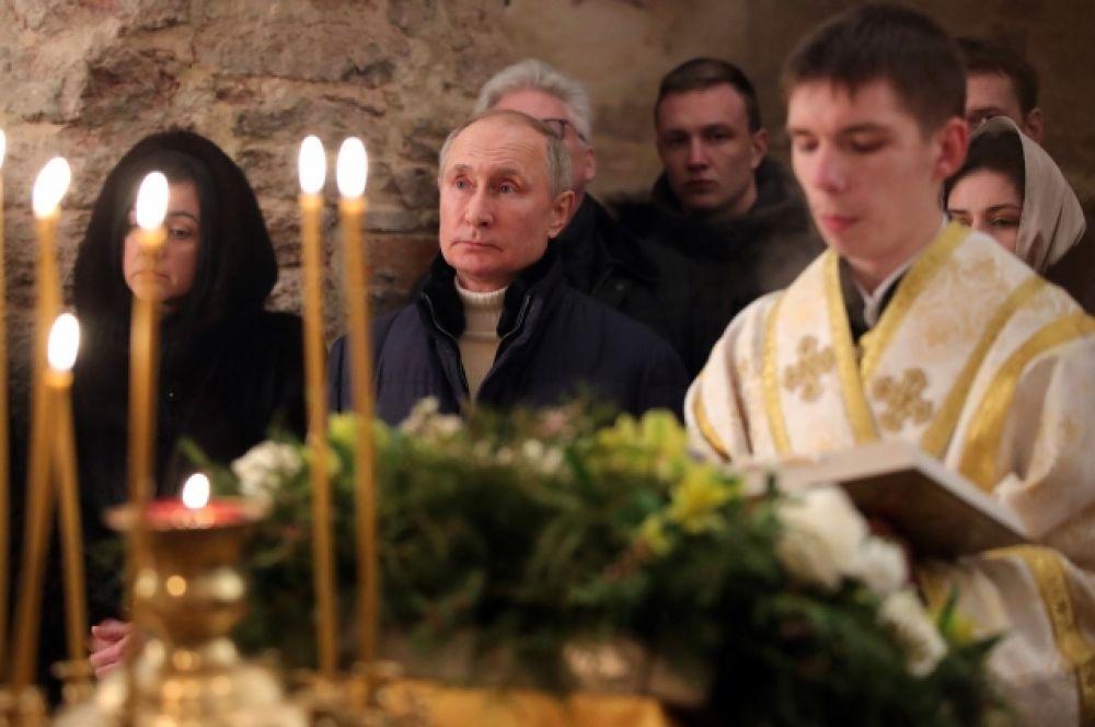 Владимир Путин на рождественском богослужении в церкви Николы на Липне.
