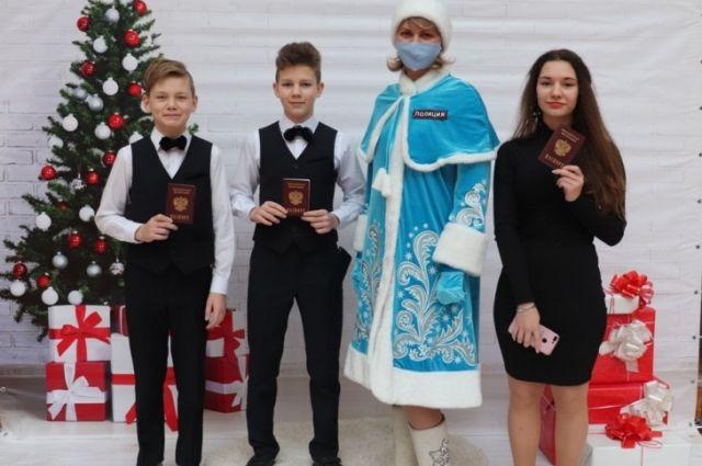 Первый важный документ из рук Снегурочки получили воспитанники детского дома.