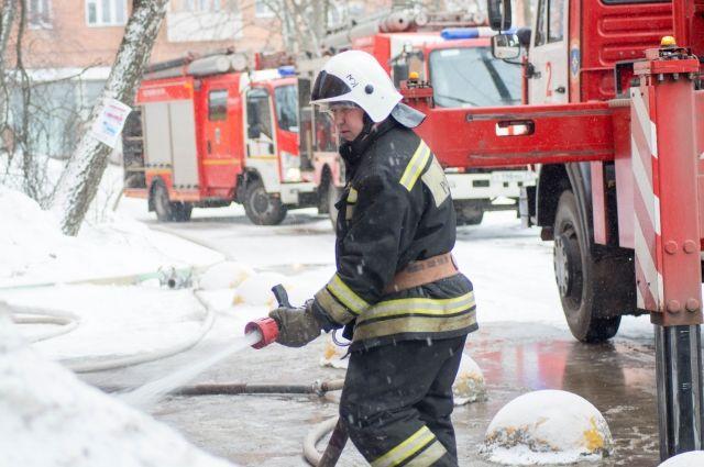 Пожарным удалось не дать пламени перекинуться на соседние строения.