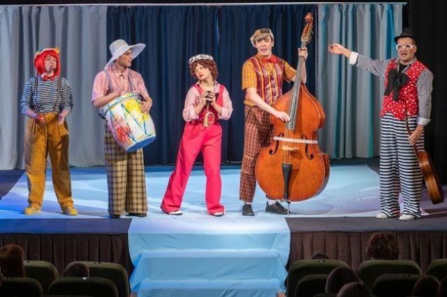 Театр поблагодарил врачей, которые вынуждены редко видеть своих детей.