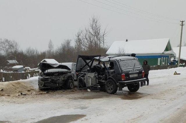 В результате ДТП пострадали четыре человека – водитель автомобиля ВАЗ-2121 и три женщины, которые находились в обеих машинах –42 лет, 47 лет и 61 года.