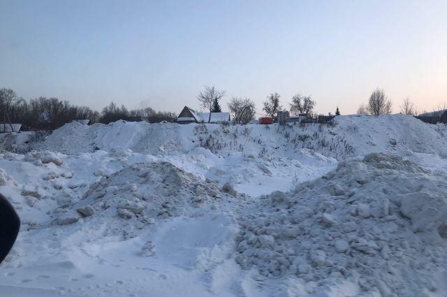 Пользователи паблика «АСТ-54» сообщили, что «у нового волейбольного центра, рядом с озером Надежда снова устраивают снегоотвал, и весной будет там опять помойка. И это Центральный район!»