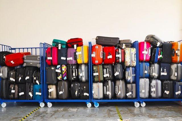 В аэропорту Ноябрьска пассажиры разбирали разбросанные по полу чемоданы