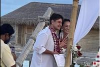 На фото из Инстаграм молодоженов видно, что свадебный шатер установлен на берегу океана, на певице легкое платье с бахромой, на женихе – белая рубашка и бежевые брюки.