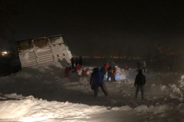 Лавина сошла на домики для туристов около горнолыжного комплекса «Гора отдельная» в Норильске Красноярского края. Засыпало пять домиков с людьми. Обнаружено двое погибших.