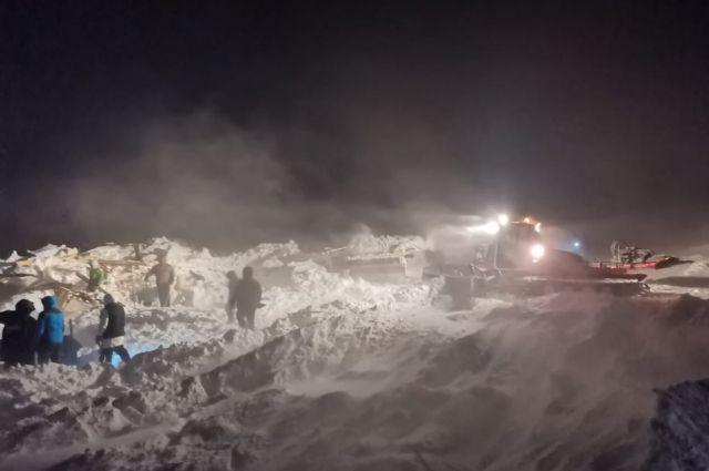 Из-под завалов извлекли тело женщины и подростка, ищут еще двоих.