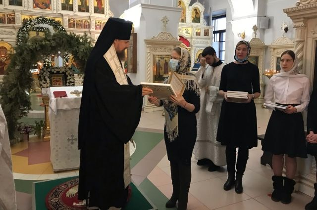 На Ямале вручили денежный сертификат маме мальчика, нуждающегося в лечении