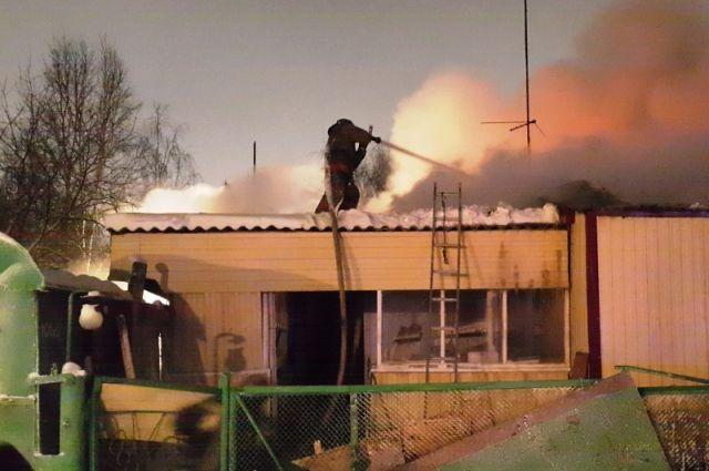 В ноябрьском поселке произошел пожар в деревянном доме