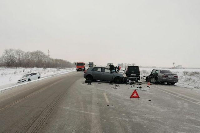На федеральной трассе «Иртыш» в районе Коченево произошла авария с участием трех автомобилей.