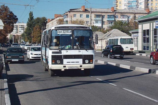 Оренбурженка пожаловалась на дыру в полу пассажирского «ПАЗика» и на очередной отказ в безналичном рассчете.