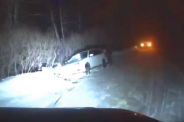 С помощью внедорожного патрульного автомобиля автоинспекторы сначала развернули застрявший универсал, а затем вытащили на дорогу.