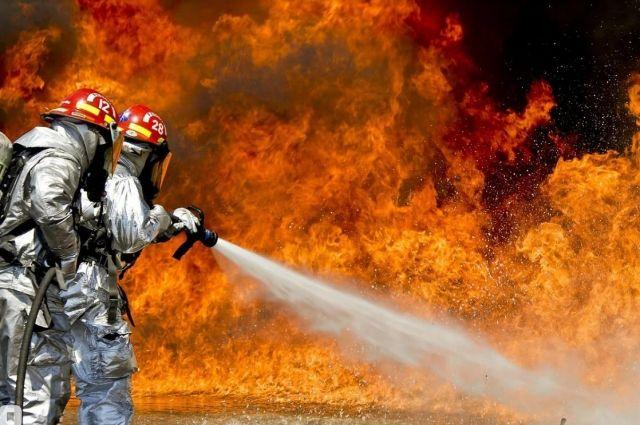 Пламя перебросилось на рядом стоящий автомобиль.
