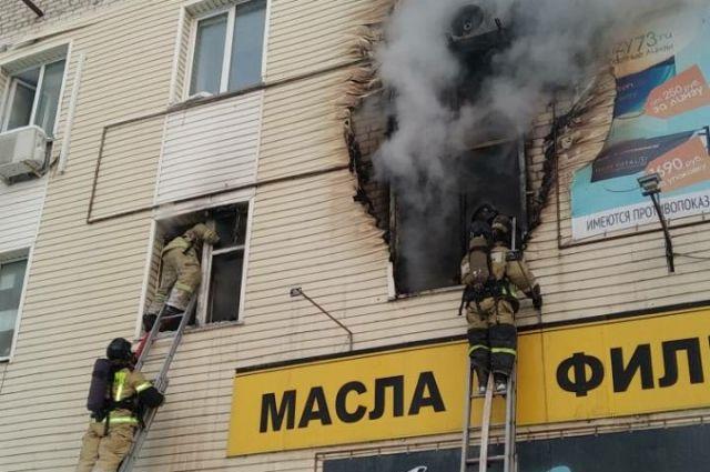 В Ульяновске с карниза 4-го этажа горящего здания эвакуировали двух человек