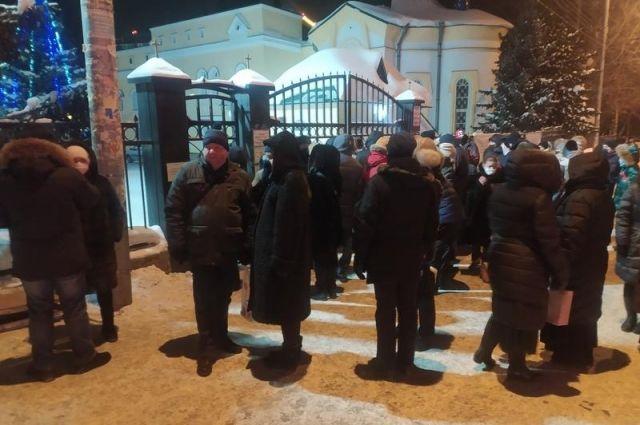 Толпа новосибирцев не смогла попасть на службу в Вознесенском соборе на Рождество Христово: прихожан не пустили сотрудники полиции.