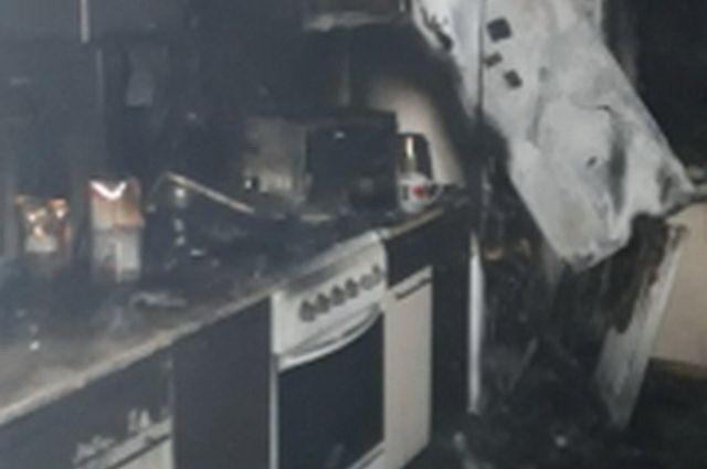 Пожар возник на кухне там, где находился холодильник.