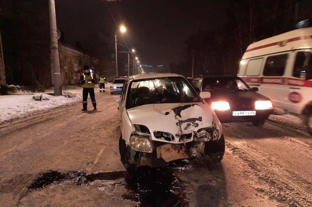 В Омске водитель и его пассажиры пострадали при столкновении со столбом