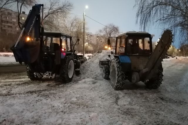 Работы по очистке снега велись на 12 улицах и двух проспектах Оренбурга.