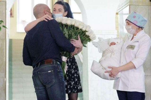 Татьяна и Александр Шадыри, военные медики, стали родителями впервые. В 5 часов утра Татьяна родила сына.