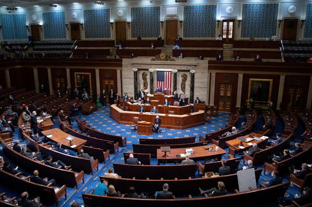 Спикер Нэнси Пелоси ведет заседание Палаты представителей.