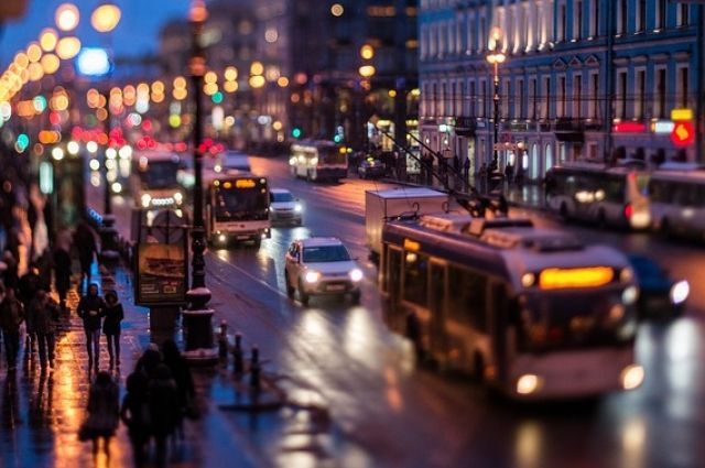 Петербург, как и Москву, нередко называют «городом-пылесосом», который стягивает ресурсы из регионов и растет вширь.
