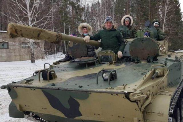 Руководитель медотряда Министерства обороны РФ Алексей Сигидаев с семьей на БМП-3.