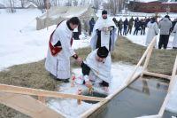 Правительство Новосибирской области не стало запрещать купания в проруби на Крещение в этом году. Несмотря на это, власти рекомендуют отказаться от традиции окунания из-за пандемии коронавируса.