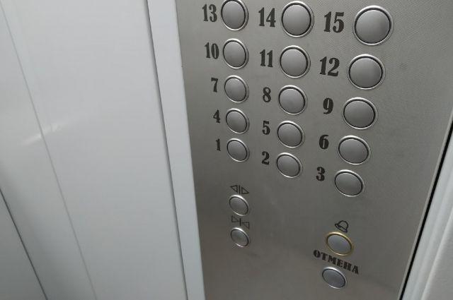 Женщины нажимали на кнопки, чтобы остановить лифт, но это не сработало.