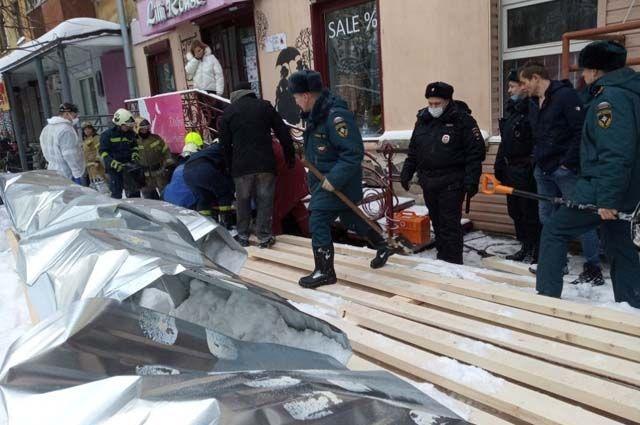 Пострадавших женщин из-под завалов извлекали очевидцы и спасатели.