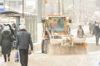 В Оренбурге жители дома на пр. Гагарина уже третий год подряд «скидываются» на трактор, который чистит их двор от снега.
