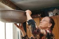 Оренбуржцы вынуждены зимовать в домах с протекающими крышами.