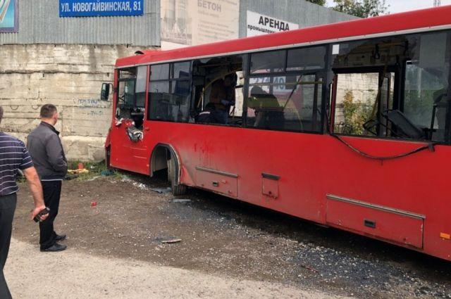 Следствие и прокуратура считают, что он виновен в том, что выпустил неисправный автобус на линию.