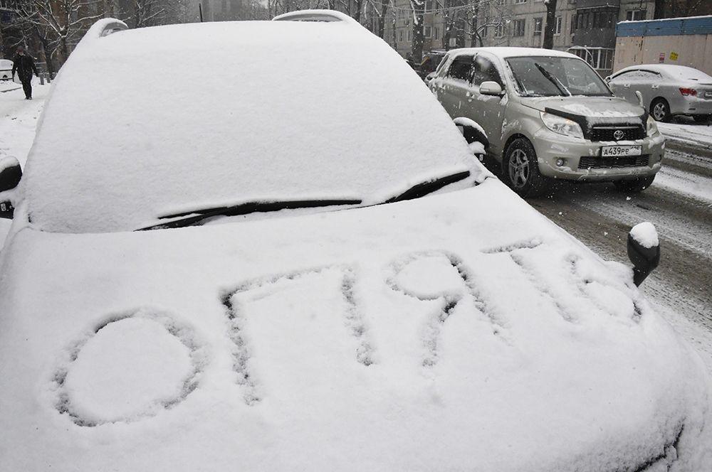 Автомобильна дороге во время снегопада во Владивостоке.