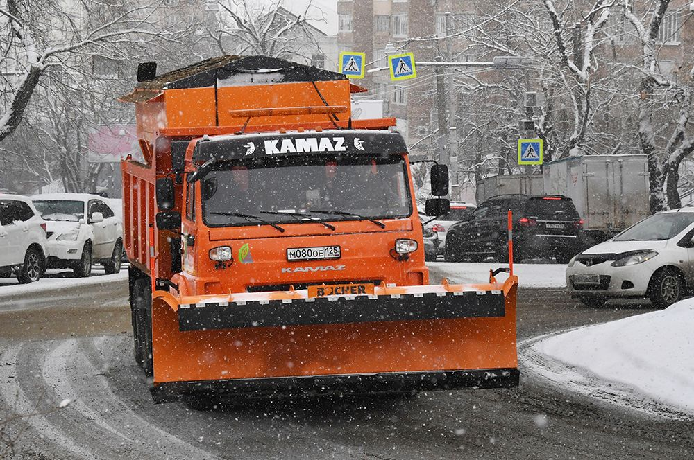 Спецтехника коммунальной службы во время снегопада во Владивостоке.