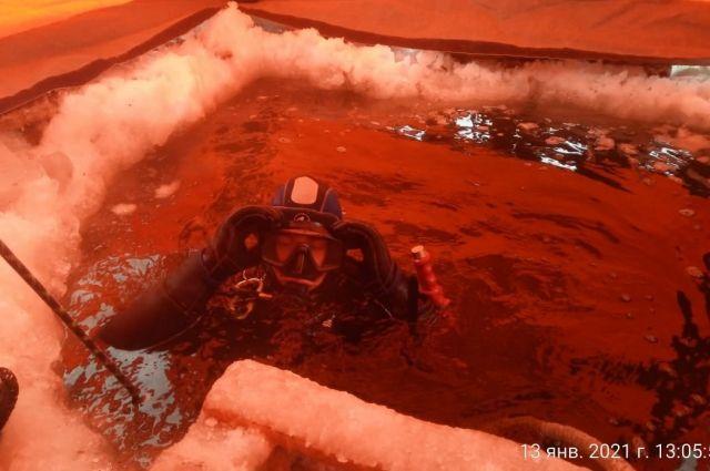 Водолазам пришлось работать на большой глубине при сильном морозе