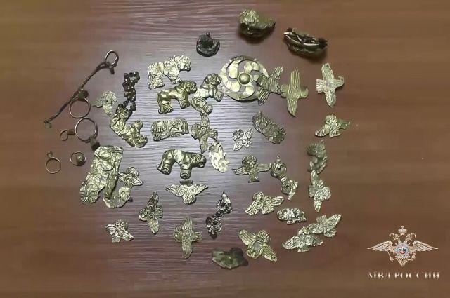 На фото: часть предметов, похищенных злоумышленником из различных научных институтов Петербурга.