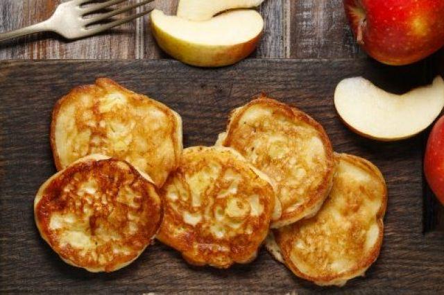 Оладьи с яблоками, творогом и медом: рецепт вкусного и нежного завтрака.