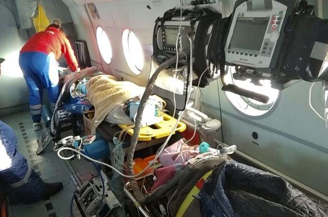 Все шестеро пострадавших при пожаре в Карасукском районе доставлены в Новосибирскую областную больницу вертолетом санавиации