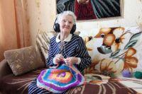 Каждый день она начинает с молитвы, а потом садится за вязание и вышивку.