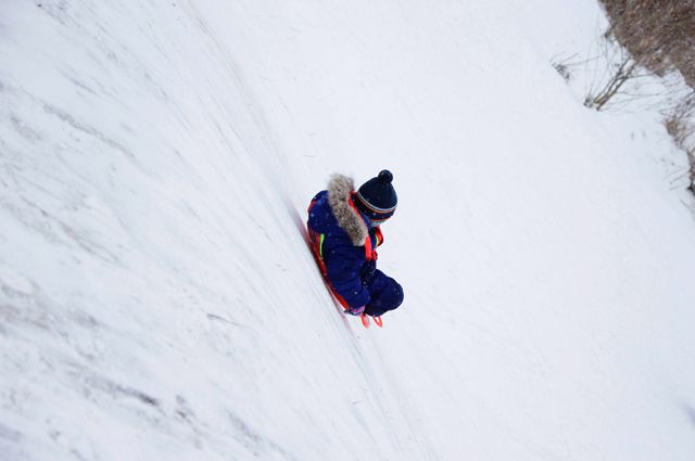 «Отпустила ледянку». За гибель девочки при катании с горы будут судить тетю